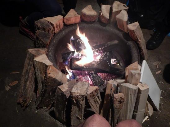 周りを薪で囲んで乾かしてます。いい雰囲気でしょ〜